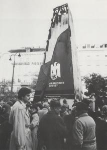 Image of the sculpture Und Ihr habt doch gesiegt, 1988, by Hans Haacke after it was attacked. The project was part of the festival program of Steirischer Herbst 1988 called Bezugspunkte 38/88. Photo: Hans Haacke